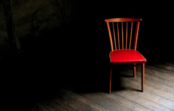 De lege stoel